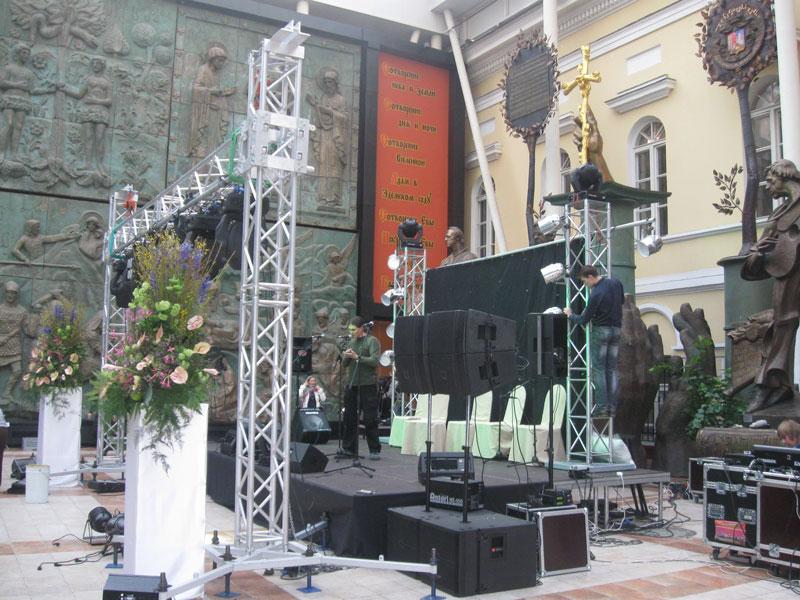 П-образная конструкция из ферм, аренда фермовых конструкций для подвеса, аренда ферм в Москве, вертикальная П-образная конструкция